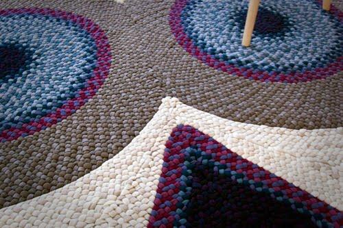 covorul-care-te-priveste-de-jos