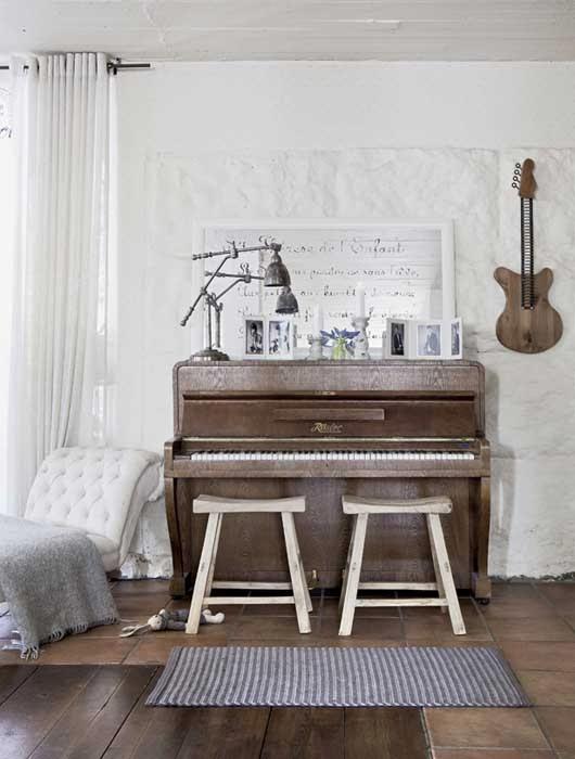 amenajari, interioare, decoratiuni, decor, design interior, stil shaby chic, scandinav, alb, rustic, living, pian,
