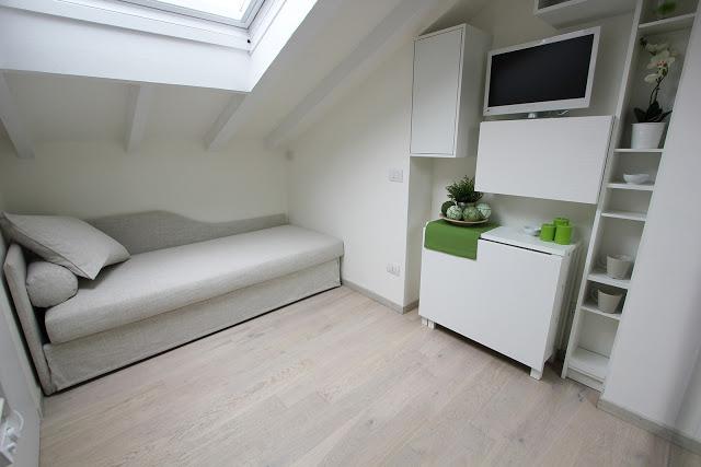 Alb imaculat și mobilier extensibil într-o mini mansardă de 20 m² din Milano