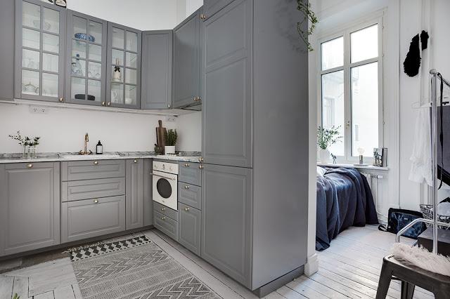 Dormitor amenajat într-o nișă lângă bucătărie într-o garsonieră de 34 m²