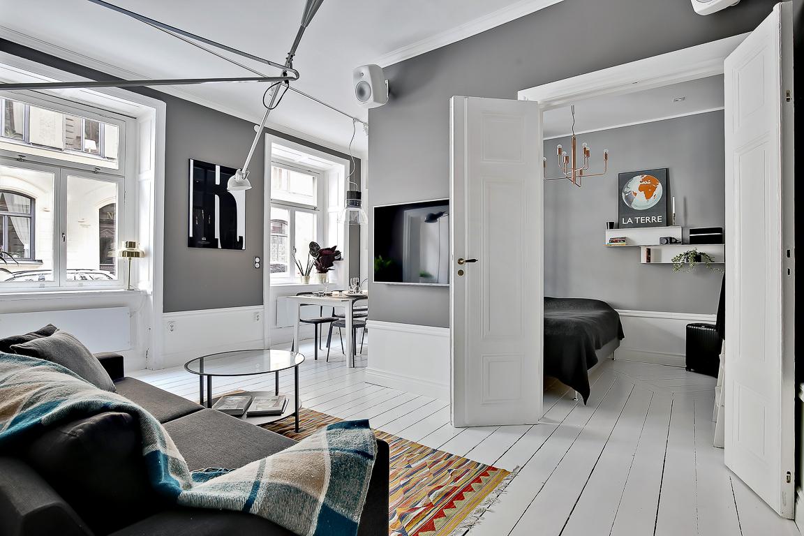 Dormitor amenajat într-un separeu într-o garsonieră de 44 m²
