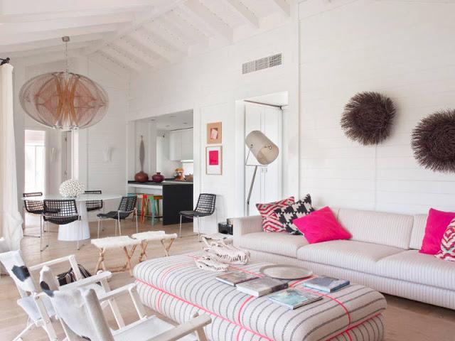 Alb și accente roz într-o casă la malul mării din Portugalia