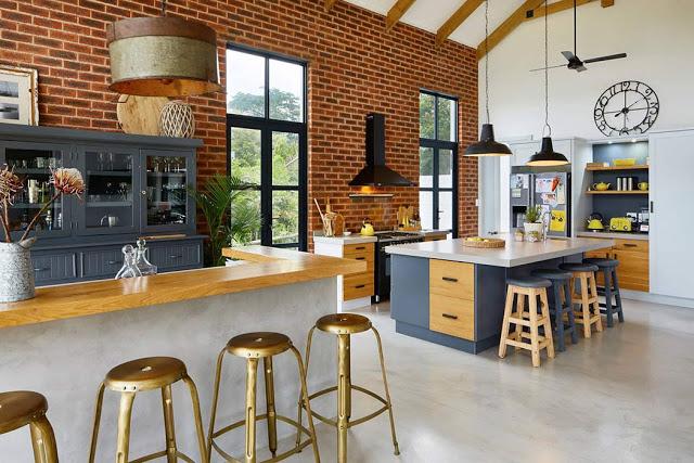Cărămidă expusă și grinzi de lemn într-o casă din Africa de Sud