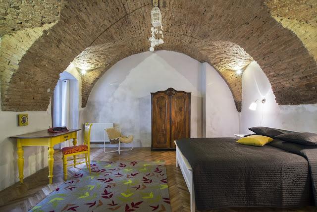 Motive tradiționale și cărămidă expusă într-un apartament din Cluj