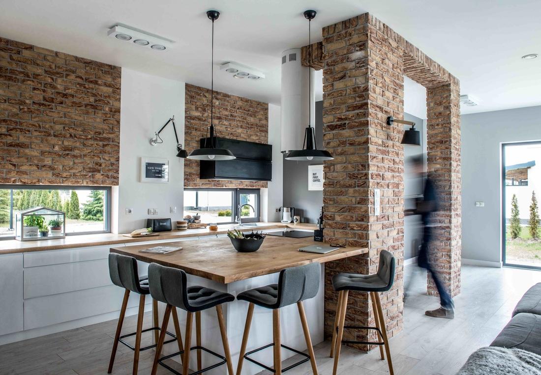 Modern, gri, minimal și cărămidă expusă într-o casă din Polonia