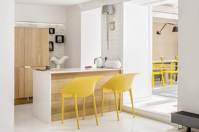 Fundal alb imaculat și accente tari de culoare într-un micuț apartament amenajat la demisol