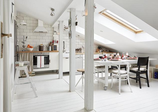 Finisaje și piese de mobilier în alb într-o delicată mansardă din Polonia