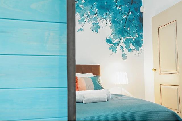 albastru-turcoaz-si-coral-intr-un
