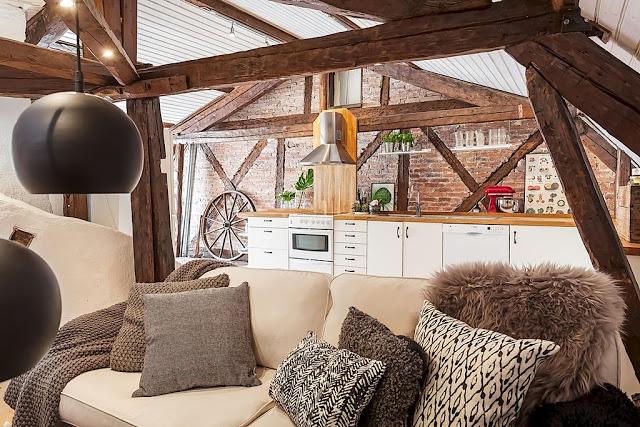 Grinzi de lemn din 1810 într-o mansardă de 75 m²