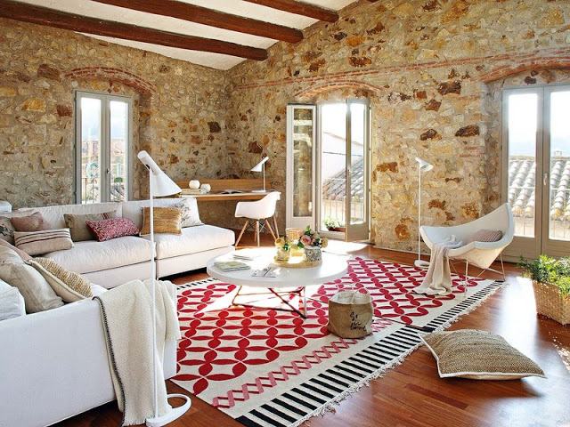 Stil modern, rustic și proaspăt într-un fost hambar din Girona, Spania
