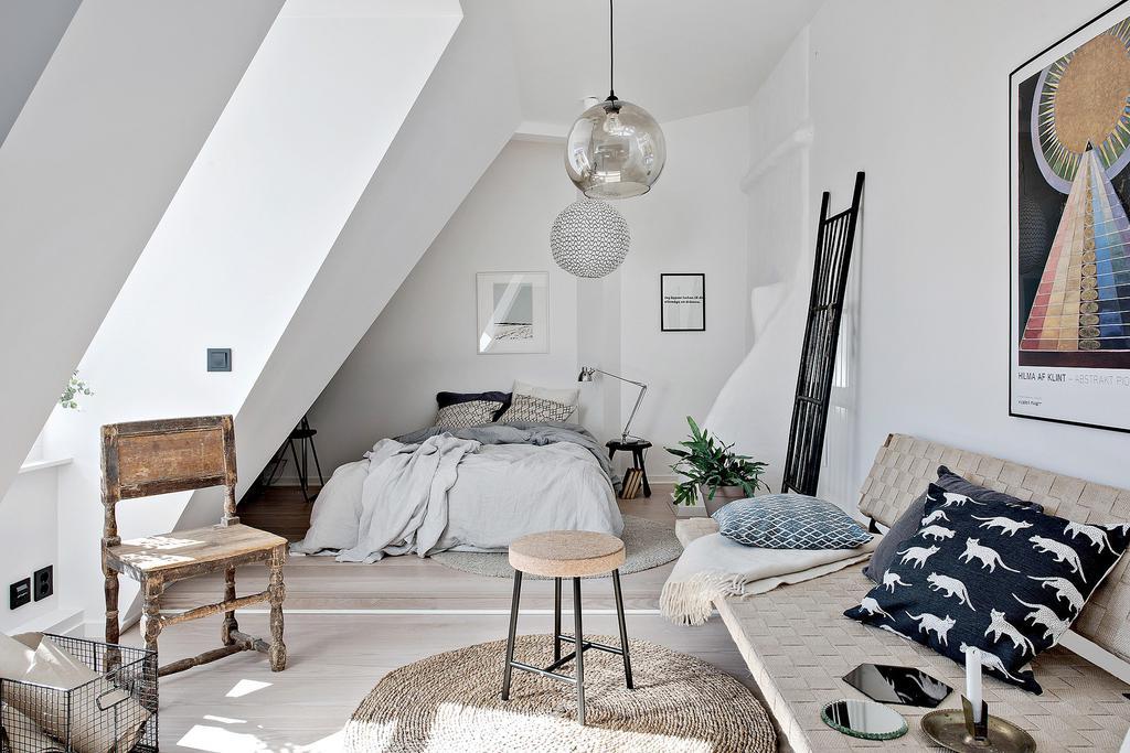 Multă lumină naturală într-o garsonieră de 35 m² amenajată la mansardă