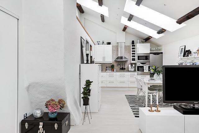Luminatoare, grinzi de lemn și alb imaculat într-o mansardă de 46 m²