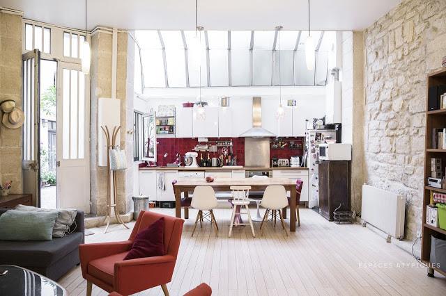 Accente roșii într-un loft de 80 m² amenajat într-o fostă tipografie din Paris