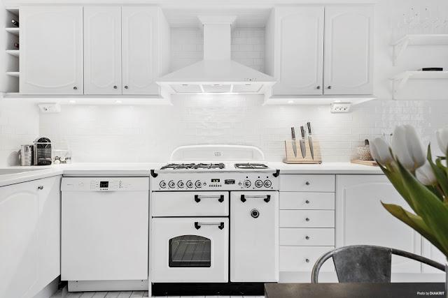 Accente retro în bucătărie și amenajare în alb-negru pentru un apartament de 62 m²