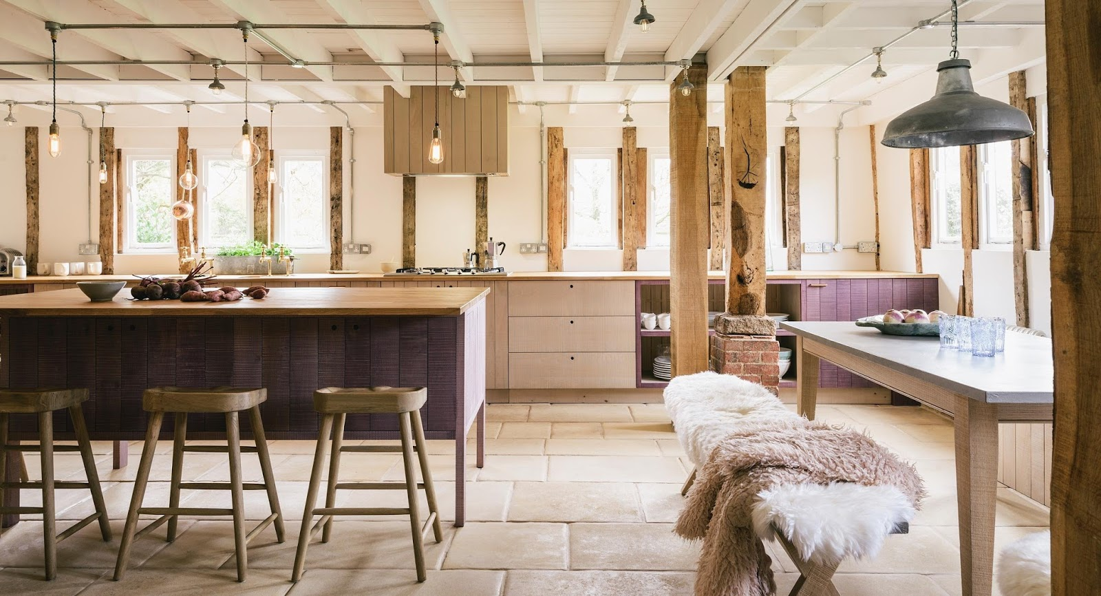 Bucătărie rustică cu accente industriale și un pic de lavandă