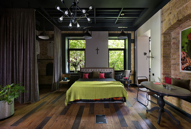 Cărămidă, tonuri elegante de culoare și o amenajare îndrăzneață într-un loft din Kiev
