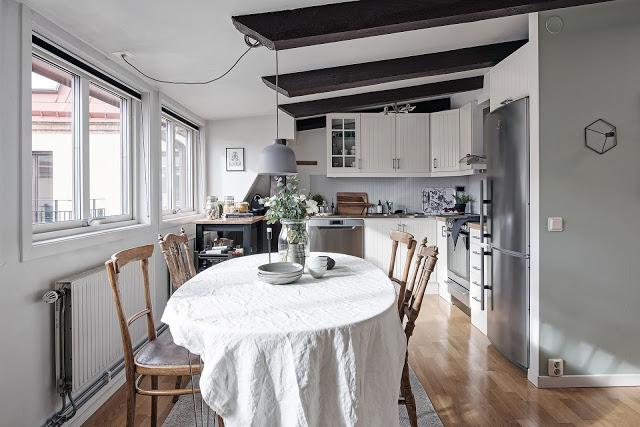 Plan deschis și accente rustice într-o mansardă de 57 m²
