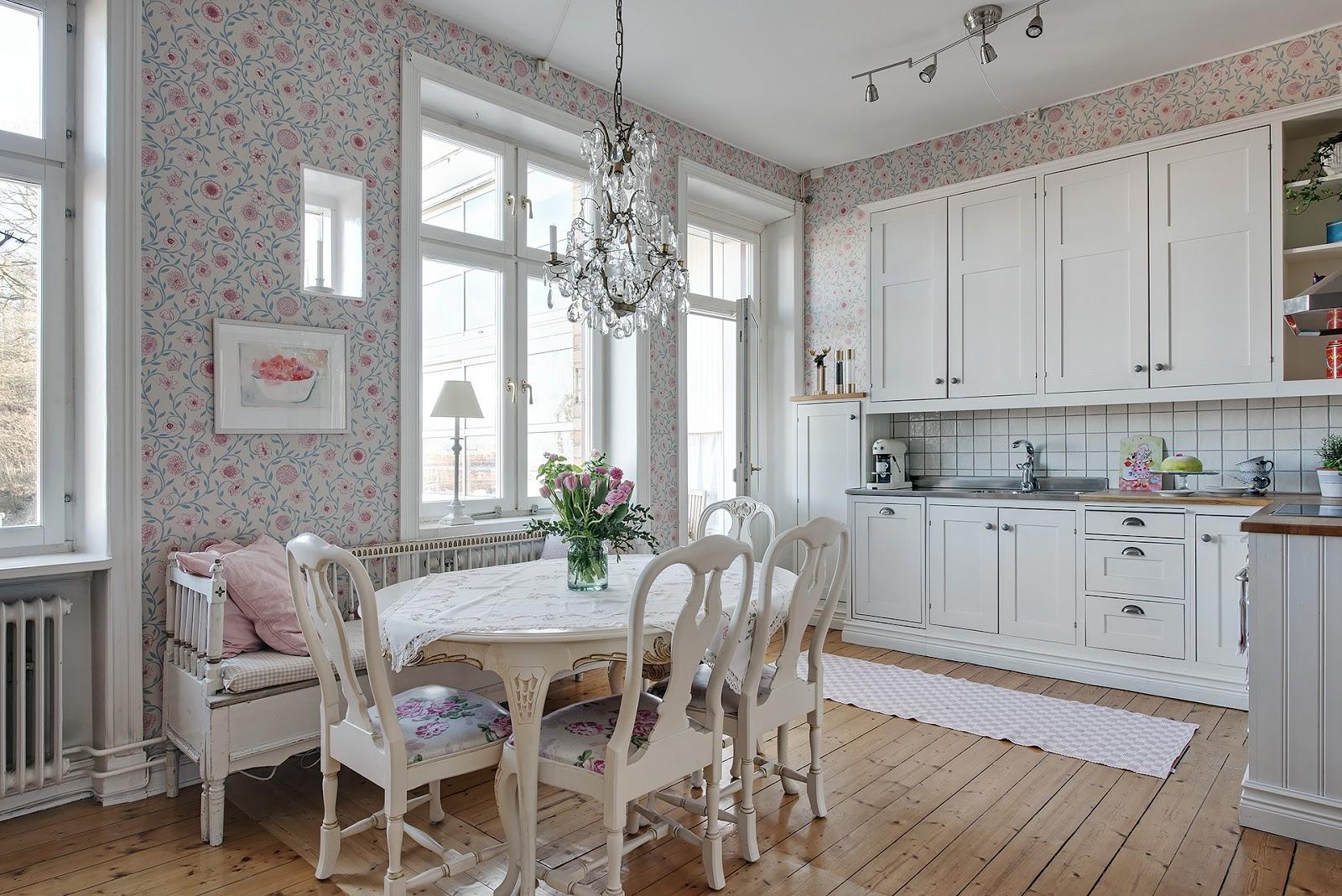 Romantic scandinav în roz deschis și cu motive florale