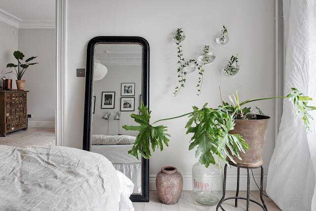 oglinda pe podea in dormitor