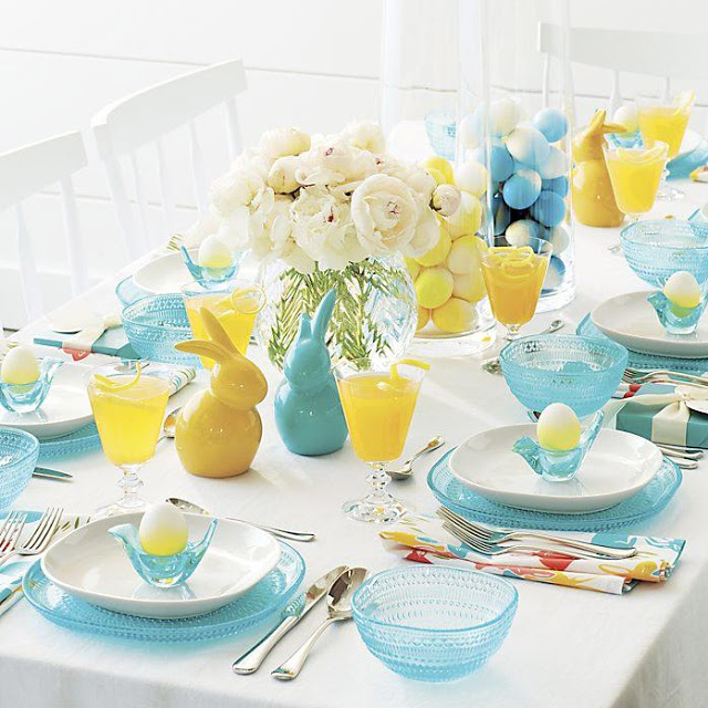 masa de paste cu oua colorate in albastru si galben