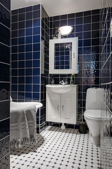 baie cu faianta albastru inchisa