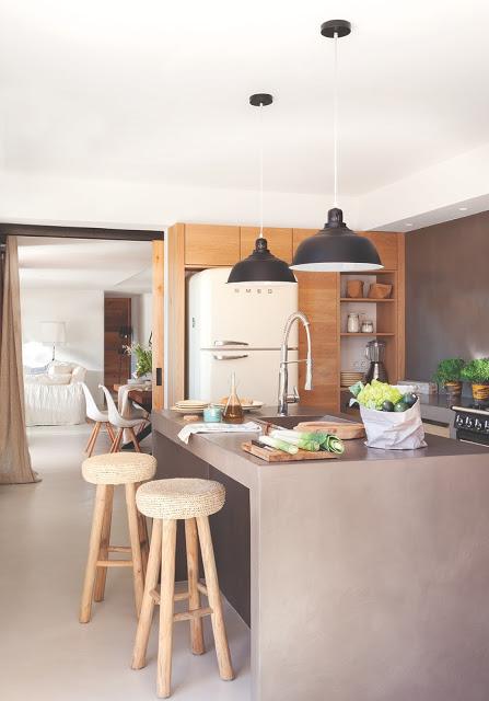 bucatarie moderna in gri si lemn
