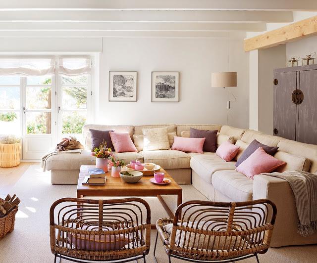 Canapea in L cu perne colorate intr-un living modern