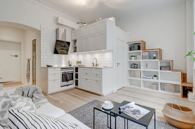 Dormitor deasupra băii într-o garsonieră de 25 m²