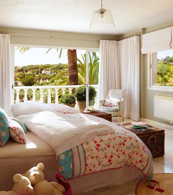 dormitor cu accente vesele de culoare