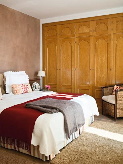 dormitor in ocru si rosu