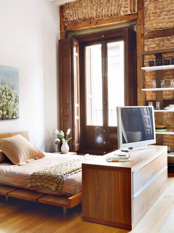 pat, comoda si obloane, din lemn inchis, in dormitor