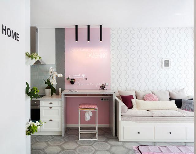 birou roz intre bucatarie si canapea in garsoniera
