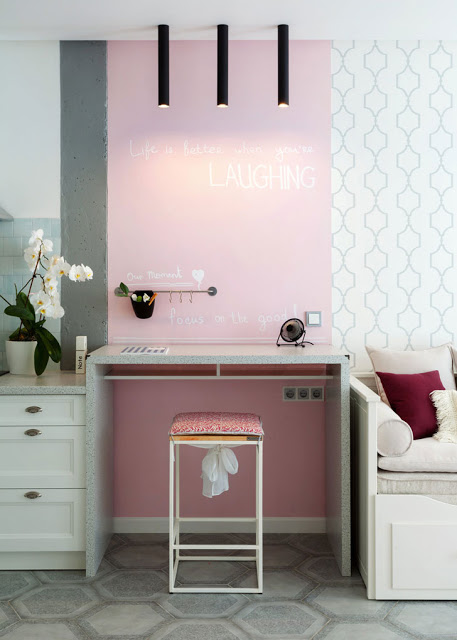 birou din beton si perete roz