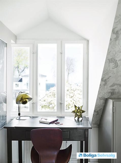 birou la geam la mansarda
