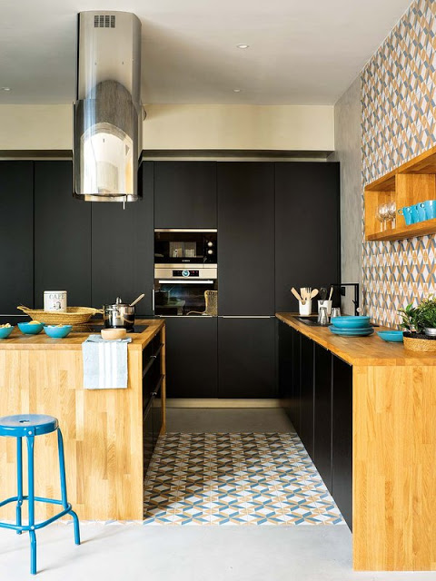bucatarie neagra, blat din lemn si placi ceramice in motive geometrice colorate