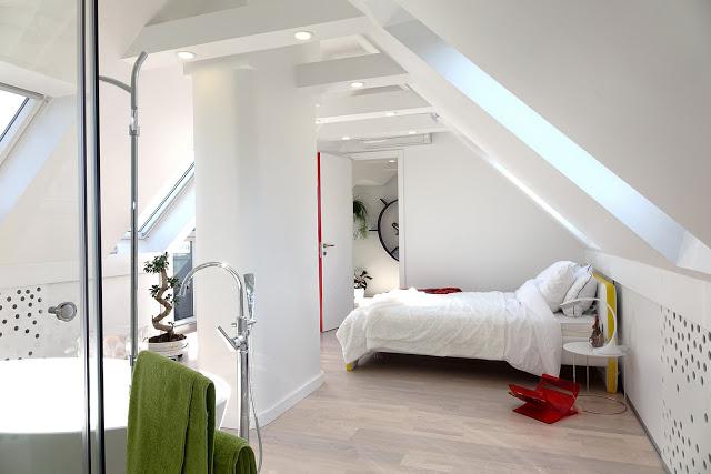 dormitor alb si baie deschisa