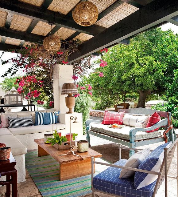 terasa cu canapea in gradina