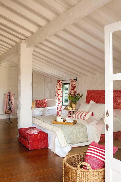 dormitor spatios cu accente de rosu
