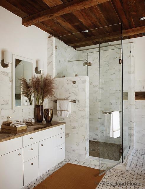 baie cu marmura si grinzi de lemn