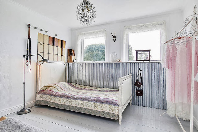 dormitor cu perete din tabla