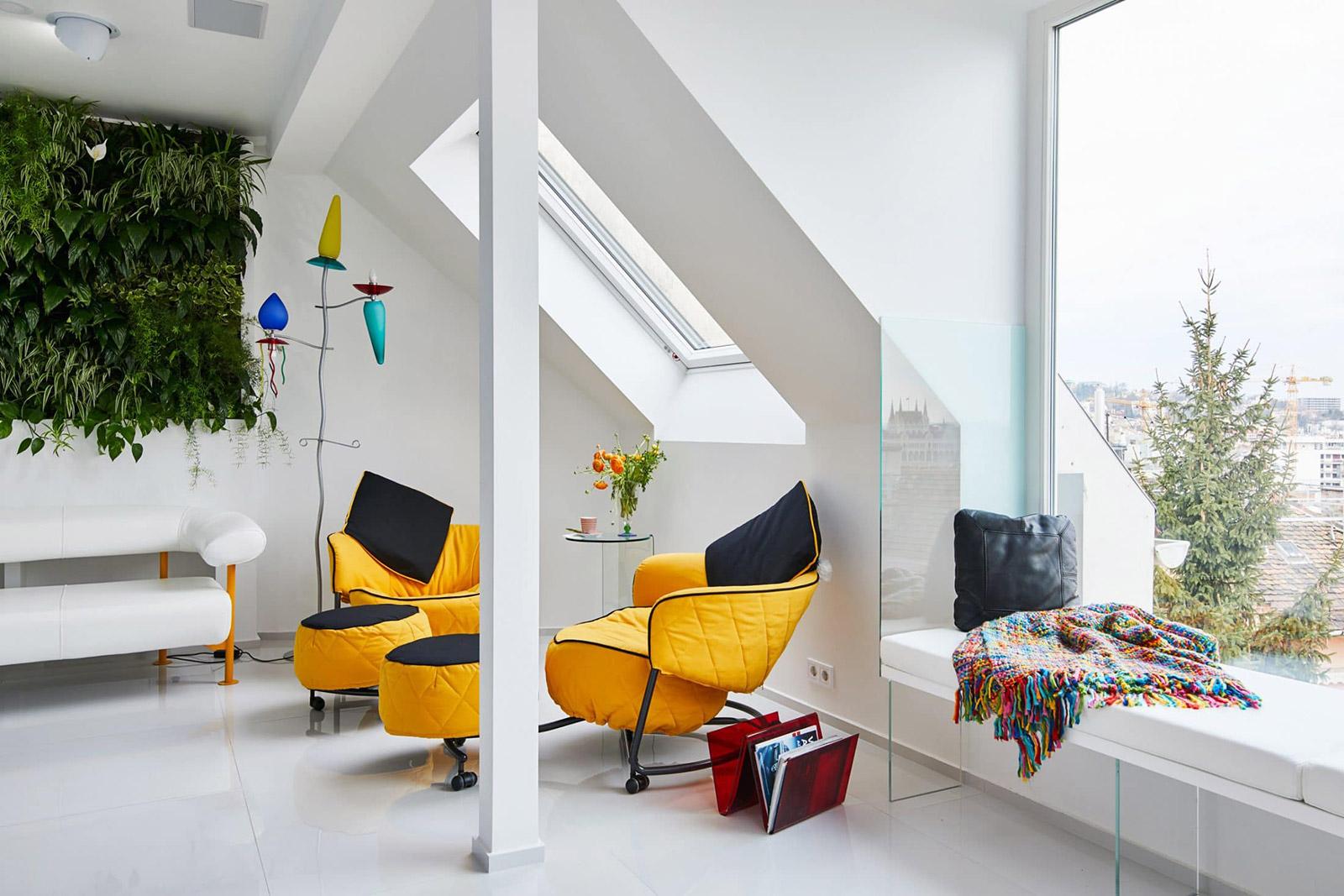 culori-tari-si-perete-vegetal-intr-un-apartament-modern-din-budapesta