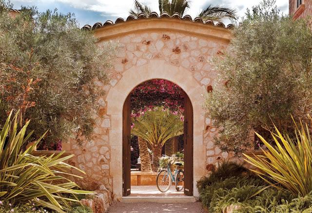 flori de Bougainvillea si stil rustic-mediteranean intr-un colt de rai din Mallorca