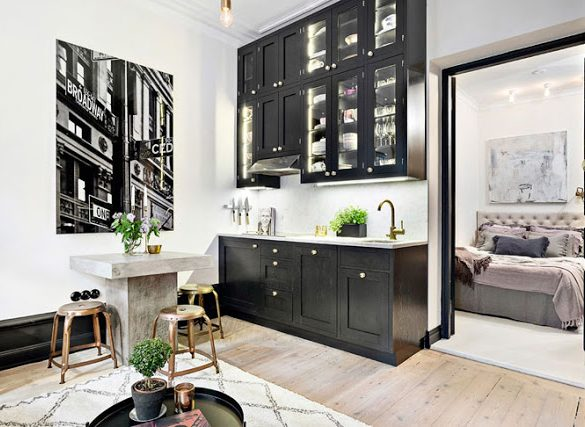 lemn-negru-si-accente-aurii-intr-un-apartament-de-numai-28-mp