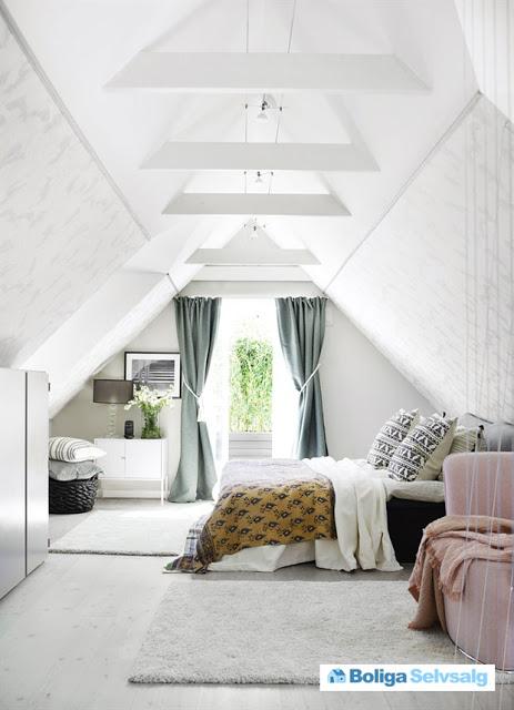 dormitor la mansarda cu pereti si ginzi de lemn albe