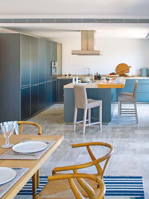bucatarie moderna in albastru metalic