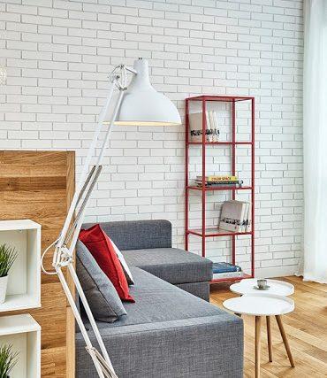 perete de cărămidă expusă albă în living