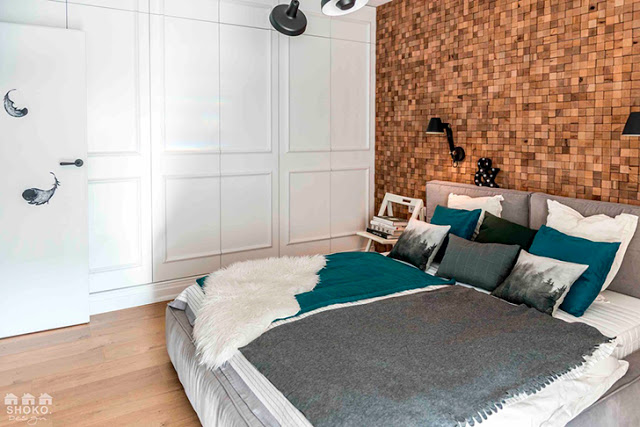 perete cu panel din pluta in dormitor