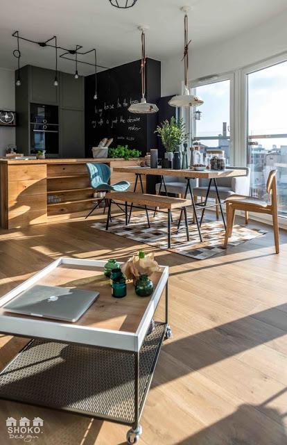 Fără perdele într-o amenajare a unui apartament cu accente industriale din Polonia