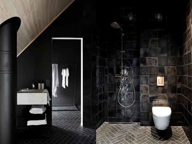 baie amenajata in negru