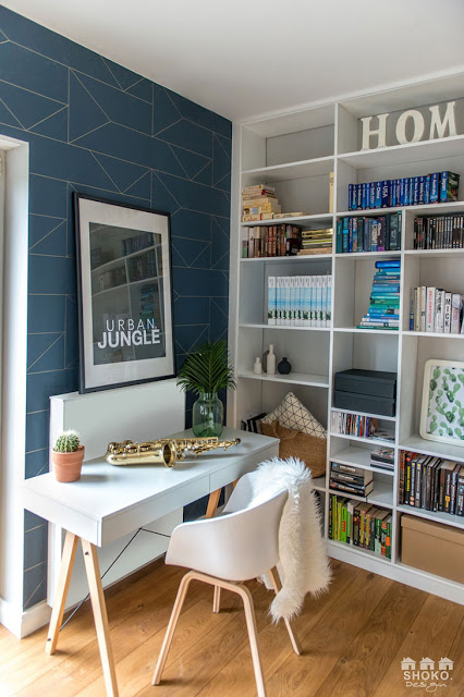 birou cu tapet albastru geometric